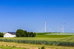 för traktorturbin för åkerbruk fält modern wind arkivfoton