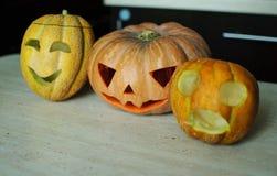 ` För tre stålar-nolla - lyktor från pumpa och melon på köksbordet Fotografering för Bildbyråer