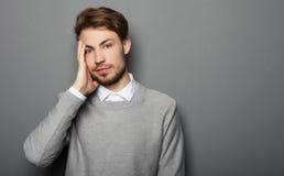 För tryckhuvudvärk för affärsman som stressat bekymmer isoleras på grå färger b royaltyfria bilder