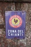 För tuppområde för Chianti svart tecken på en trädörr royaltyfria bilder