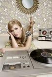 för turntablevinyl för audiophile musik retro kvinna Royaltyfri Fotografi