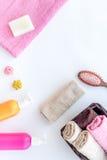 för tvålhandduk för badrum stearinljus isolerad set white Handdukar, flaskor med tvål och schampo, majskolvar på vit copyspace fö Arkivfoton