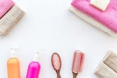 för tvålhandduk för badrum stearinljus isolerad set white Handdukar, flaskor med tvål och schampo, majskolvar på vit copyspace fö Arkivbild