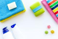 för tvålhandduk för badrum stearinljus isolerad set white Handdukar, flaskor med tvål och schampo på vit copyspace för bästa sikt Royaltyfria Foton