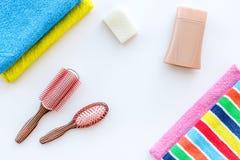 för tvålhandduk för badrum stearinljus isolerad set white Handdukar majskolvar och flaskor med tvål och schampo på vit copyspace  Royaltyfri Foto
