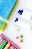 för tvålhandduk för badrum stearinljus isolerad set white Handdukar och flaskor med tvål och schampo på bästa sikt för vit backgr Royaltyfri Fotografi