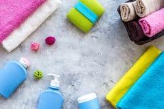 för tvålhandduk för badrum stearinljus isolerad set white Handdukar och flaskor med tvål och schampo på grå färger stenar copyspa Royaltyfria Bilder