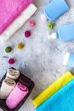 för tvålhandduk för badrum stearinljus isolerad set white Handdukar och flaskor med tvål och schampo på grå färger stenar copyspa Arkivbild