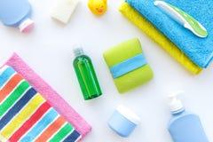 för tvålhandduk för badrum stearinljus isolerad set white Handdukar och flaskor med tvål och schampo på vit copyspace för bästa s Royaltyfria Bilder
