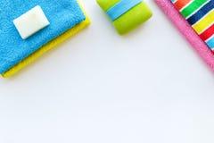för tvålhandduk för badrum stearinljus isolerad set white Handdukar och tvål på vit copyspace för bästa sikt för backgrond Arkivfoton