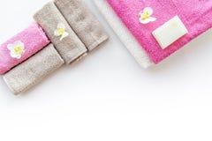 för tvålhandduk för badrum stearinljus isolerad set white Handdukar och tvål på vit copyspace för bästa sikt för backgrond Royaltyfria Bilder