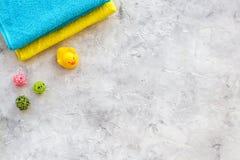 för tvålhandduk för badrum stearinljus isolerad set white Handdukar på grå färger stenar copyspace för den bästa sikten för backg Fotografering för Bildbyråer