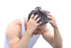 För tvagninghår för ung man huvud med schamposkum arkivbilder