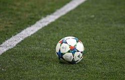För UEFA-mästare för närbild officiell boll för säsong för liga royaltyfri fotografi