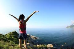 För ung öppna armar konditionkvinna för bifall på sjösidan Royaltyfria Foton