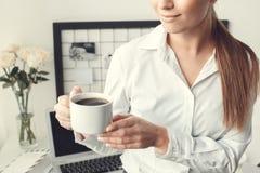 För ung kvinna för freelancer kopp för kaffe för formell stil för begrepp för inrikesdepartementet inomhus hållande Royaltyfri Foto