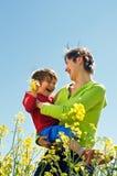 för ungemoder för fält lycklig rapeseed Arkivfoto