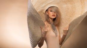För ungt asiatiskt hår kvinnaför silvergrå färger för mode stor hatt royaltyfri foto
