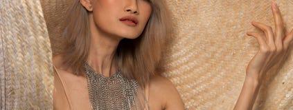 För ungt asiatiskt hår kvinnaför silvergrå färger för mode stor hatt fotografering för bildbyråer