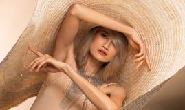 För ungt asiatiskt hår kvinnaför silvergrå färger för mode stor hatt royaltyfria foton