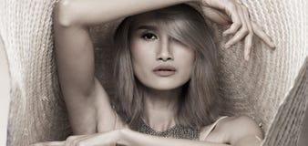 För ungt asiatiskt hår kvinnaför silvergrå färger för mode stor hatt arkivbilder
