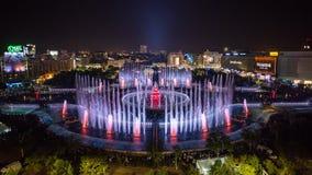 För Unirii för Bucharest stad central panoramautsikt 2018 fyrkantig ny springbrunn och nattstadshorisont royaltyfri fotografi