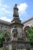 för uppfinnareitaly för da berömd vinci för staty för forskare för polymath för målare leonardo milan royaltyfria foton