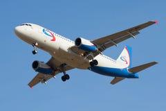 För `-Ural för flygbuss A320 A320 VP-BDL ` flygbolag i den blåa molnfria himmelnärbilden Fotografering för Bildbyråer
