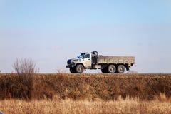 För URAL ny ryss DÄREFTER - av lastbilen för väg 6x6 på en väg arkivfoton