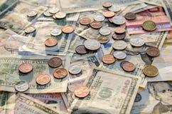 För US dollar euro kontra med mynt Arkivbild