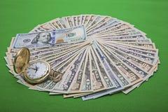 För USA för Tid pengarledning klocka räkningar Royaltyfri Foto