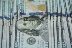 För USA för USA dollarpengar bakgrund för sedlar för pengar dollar Arkivfoto