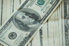 För USA för USA dollarpengar bakgrund för sedlar för pengar dollar Arkivfoton