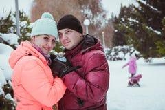 för utgiftertid för familj lycklig utomhus- vinter royaltyfria foton
