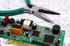 För utskrivaven strömkrets hjälpmedel för bräde och precisionpå diagram av elektronik, teknologi Royaltyfri Foto