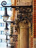 För vägglykta för tappning dekorativ belysning för gata i perspektiv royaltyfri bild