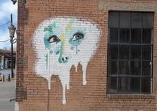 ` för 42 väggmålning, som hon ler ` av Rebecca Butler, djupa Ellum, Texas Arkivfoton