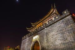 För väggport för forntida stad Wuxi Jiangsu Kina för kanal för vatten natt arkivbild