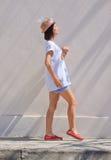 för väggwhite för stilsort plattform kvinnor Arkivfoton