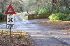 För vägmärkestolpe för tappning retro vägar för kors i bygd Royaltyfria Foton