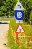 för vägmärketon för vinkel blå sikt wide Royaltyfri Bild
