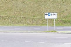 för vägmärketon för vinkel blå sikt wide Parkering för folk med handikapp och familjer royaltyfria foton
