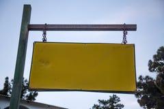För vägnamn för mellanrum som gammal riden ut Signage hänger från Rusty Chain och metall Rod Horizontally Closeupvinkelskott av arkivbilder
