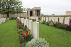 För världskriget för britten tränga någon första gravstenar i blindgångare kyrkogården Frankrike Arkivbild