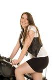 För västmotorcykel för kvinna svart leende för ställning för kjol Arkivbilder