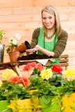 för växtfjäder för blomma arbeta i trädgården kvinna för terrass arkivfoton