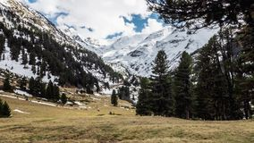 För vårsikt för berg fördunklar den härliga flyttningen Timelapse 4k lager videofilmer
