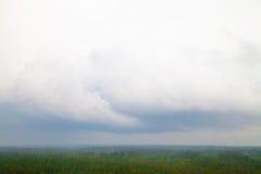 För vårsommar för flyg- sikt skog för gräsplan för molnig himmel för regn Arkivbilder