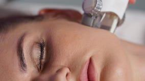 För vakuummassage för ansiktsbehandling LPG terapi Kvinnapatient stock video