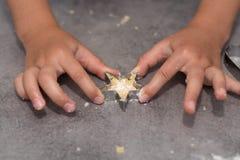 För vaniljmördegskaka för barn bitande kex Royaltyfria Bilder